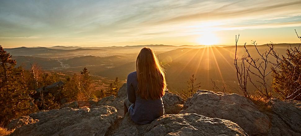 Das Bild zeigt einen Sonnenuntergang im Bayerischen Wald